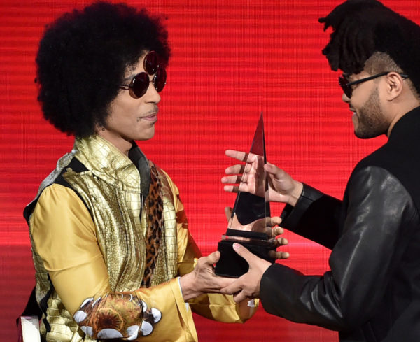 Prince presents award at AMA's